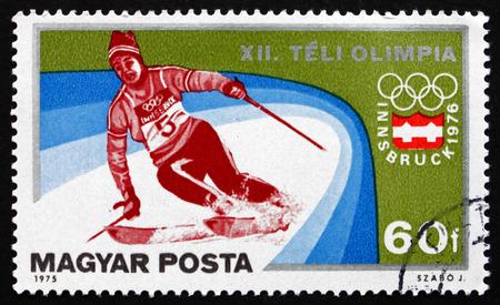 deportes olimpicos: HUNGRÍA CIRCA 1975: un sello impreso en la Hungría muestra Slalom Esquí alpino Invierno Deportes olímpicos Innsbruck 76 alrededor de 1975