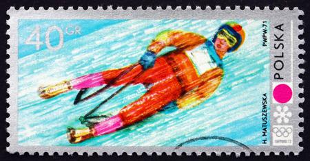 luge: POLONIA - CIRCA 1971: un francobollo stampato in Polonia mostra Luge, 11 Olimpiadi invernali, Sapporo, circa 1971