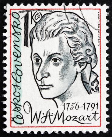 amadeus mozart: Checoslovaquia - alrededor de 1981: un sello impreso en la Checoslovaquia muestra Wolfgang Amadeus Mozart, compositor, alrededor de 1981