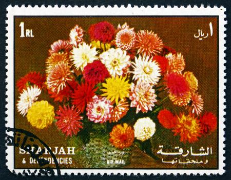 bouquet fleur: Sharjah - CIRCA 1972: un timbre imprim� dans le Sharjah UAE montre Bouquet de fleurs, Dahlias, circa 1972