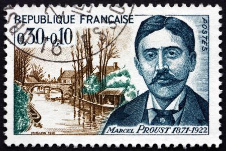 FRANCIA - CIRCA 1966: un sello impreso en la Francia muestra Marcel Proust, novelista francés, crítico y ensayista, y St. Hilaire Puente, Illiers, alrededor del año 1966 Foto de archivo - 43721374