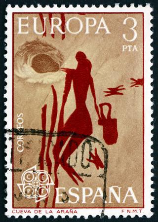 pintura rupestre: ESPA�A - CIRCA 1975: un sello impreso en la Espa�a muestra Mujer recolecci�n de miel, Mesol�tico Roca Pintura de Arana Cave, Espa�a, alrededor de 1975