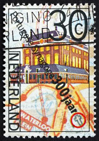 NEDERLAND - CIRCA 1975: een stempel gedrukt in Nederland toont Portugese Synagoge en kaart van de heer Visser Square, circa 1975 Stockfoto - 45701117