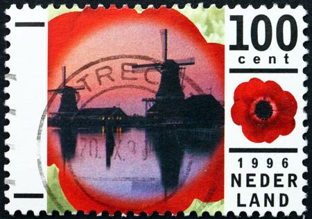 poststempel: NIEDERLANDE - CIRCA 1996: einen Stempel in den Niederlanden gedruckt zeigt Windmühlen in Zaanse Schans Freilichtmuseum, Anemone, circa 1996