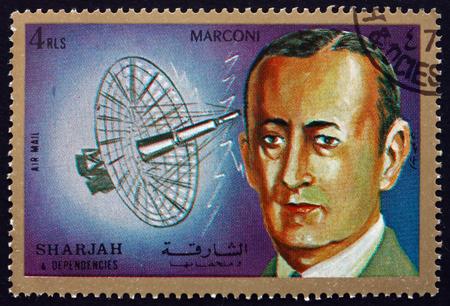 ingenieria elÉctrica: SHARJAH - CIRCA 1972: un sello impreso en el Sharjah Emiratos Árabes Unidos muestra Guglielmo Marconi, fue un inventor italiano y ingeniero eléctrico, alrededor del año 1972