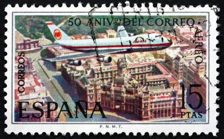 boeing 747: SPAGNA - CIRCA 1971: un francobollo stampato in Spagna mostra Boeing 747 sopra Plaza de la Cibeles, Madrid, 50 ° Anniversario di servizio di posta dell'aria spagnola, circa 1971