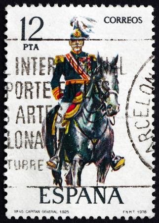 poststempel: SPANIEN - CIRCA 1978: einen Stempel in den Spanien gedruckt zeigt Captain General, Uniform von 1925, circa 1978