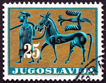 uomo a cavallo: YUGOSLAVIA - CIRCA 1962: a stamp printed in the Yugoslavia shows Horseman and Bird, Bronze Vase from 5th Century B.C., circa 1962