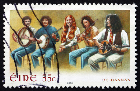 IERLAND - CIRCA 2008: Een stempel gedrukt in Ierland toont De Dannan, is een Ierse Folk Music Group, circa 2008