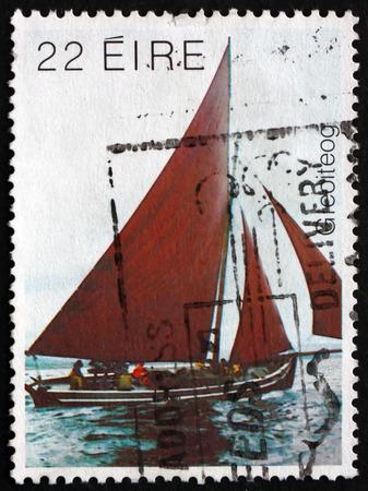 IRLAND - CIRCA 1982: Ein Stempel in Irland gedruckt zeigt Galway Hooker, Boot Traditionelle Fischen benutzt in Galway Bay vor der Westküste von Irland, circa 1982 Editorial