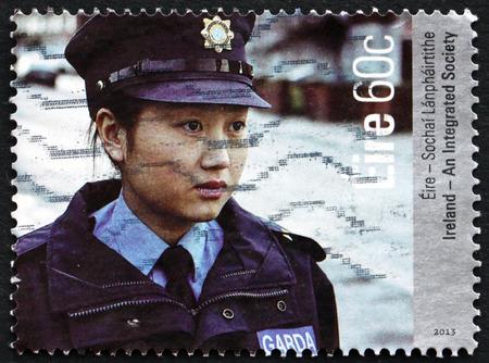 policewoman: Irlanda - alrededor de 2013: un sello impreso en Irlanda muestra mujer policía, una sociedad integrada, alrededor del año 2013