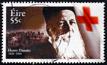 cruz roja: Irlanda - alrededor de 2010: un sello impreso en Irlanda muestra a Henry Dunant, fundador de la Cruz Roja y el primer ganador del Premio Nobel de la Paz, alrededor del año 2010 Editorial