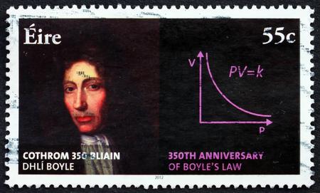 IRLANDA - CIRCA 2012: un francobollo stampato in Irlanda mostra Robert Boyle, anglo-irlandese naturale Filosofo, 350 ° anniversario della Boyles legge, circa 2012