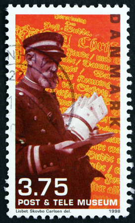 cartero: Dinamarca - alrededor de 1998: un sello impreso en Dinamarca muestra cartero, alrededor del año 1998