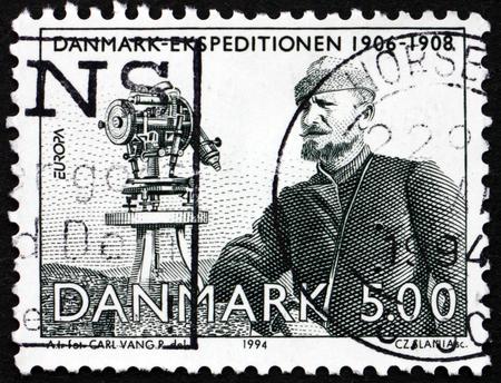 teodolito: Dinamarca - alrededor de 1994: un sello impreso en Dinamarca muestra teodolito, Johan Peter Koch, cart�grafo y explorador, Danmark Expedici�n, 1906-1908, alrededor de 1994