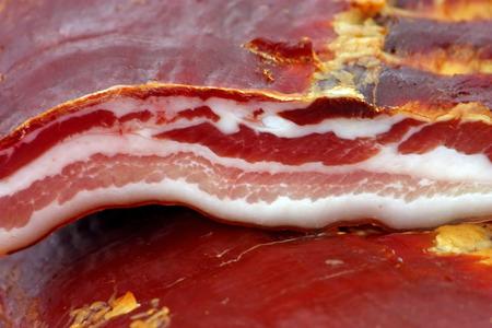 jamones: Una gran cantidad de jamones ahumados secos en la tienda de comestibles