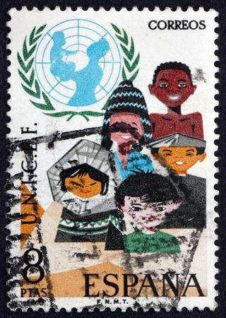unicef: SPAGNA - CIRCA 1971: un francobollo stampato in Spagna mostra bambini di varie razze, l'UNICEF Emblem, circa 1971