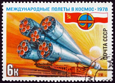 cooperativismo: Rusia - alrededor de 1978: un sello impreso en la Rusia muestra cohete Soyuz en la Aerolínea, Intercosmos, polaco-soviética programa espacial Cooperativa, alrededor de 1978