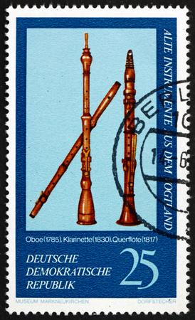 clarinete: Alemania - alrededor de 1977: un sello impreso en Alemania muestra Oboe, 1785, clarinete, flauta 1830 y 1817, Vogtland Instrumentos Musicales de Markneukirchen Museo, alrededor del año 1977