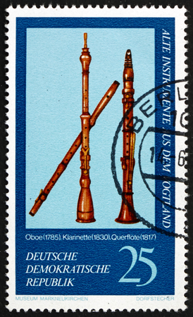 poststempel: DEUTSCHLAND - CIRCA 1977: eine Briefmarke gedruckt in Deutschland zeigt Oboe, 1785, Klarinette, 1830 und Flöte, 1817, Vogtland Musikinstrumente aus Markneukirchen Museum, circa 1977