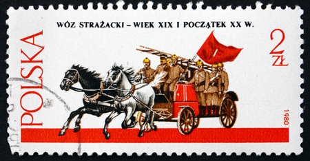 voiture de pompiers: POLAND - CIRCA 1980: a stamp printed in Poland shows Horse-drawn Fire Engine, circa 1980 Éditoriale