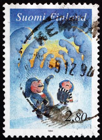 poststempel: FINNLAND - CIRCA 1994: einen Stempel in Finnland gedruckt zeigt Elfen unter Schneebedeckte Bäume, Weihnachten, circa 1994