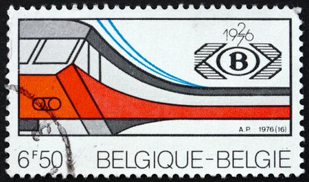 poststempel: BELGIEN - CIRCA 1976: einen Stempel in den Belgien gedruckt zeigt Elektrische Bahn und Gesellschaft Emblem, 50. Jahrestag der nationalen belgischen Eisenbahngesellschaft, circa 1976
