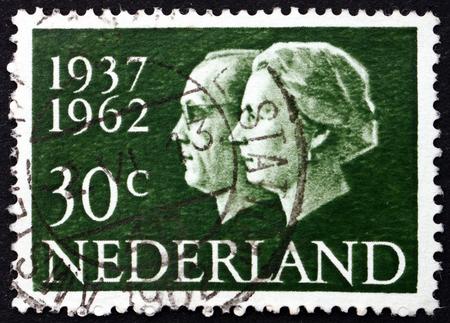 PAÍSES BAJOS - CIRCA 1962: un sello impreso en Holanda muestra la reina Juliana y el príncipe Bernhard, de plata del aniversario de boda, alrededor del año 1962