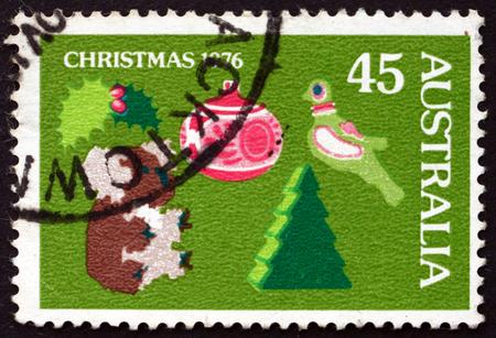 kuropatwa: AUSTRALIA - CIRCA 1976: a stamp printed in Australia shows Holly, Toy Koala, Christmas Tree and Decoration, Partridge, Christmas, circa 1976