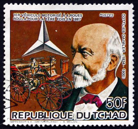motor de carro: CHAD - alrededor de 1985: un sello impreso en el Chad muestra Gottlieb Daimler, alemán pionero del desarrollo del automóvil, y 1887 del motor del carro, alrededor de 1985