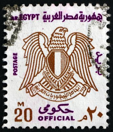 bandera de egipto: EGYPT - CIRCA 1973: a stamp printed in Egypt shows Arms of Egypt, circa 1973 Editorial