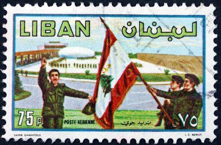 LIBANO - CIRCA 1980: un francobollo stampato in Libano mostra soldati e bandiera, giorno dell'esercito, circa 1953 Archivio Fotografico - 88954193