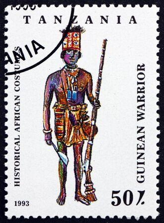TANZANIE - VERS 1993 : un timbre imprimé en Tanzanie montre un guerrier guinéen, des costumes africains historiques, vers 1993