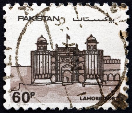 PAKISTAN - CIRCA 1984: a stamp printed in Pakistan shows The Lahore Fort is a citadel in the city of Lahore, Punjab, circa 1984 新聞圖片