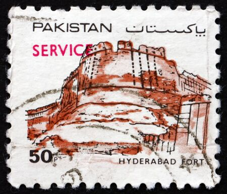 PAKISTAN - CIRCA 1986: a stamp printed in Pakistan shows Hyderabad Fort (Pacco Qillo), is a citadel in the city of Hyderabad, Sindh, circa 1986 新聞圖片