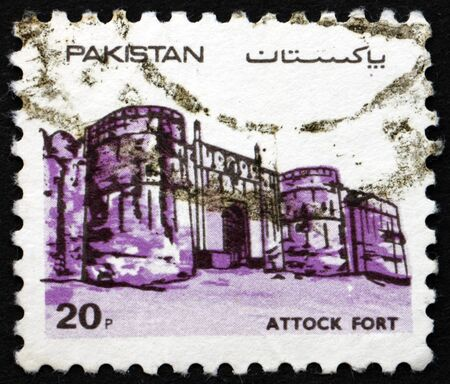 PAKISTAN - CIRCA 1984: a stamp printed in Pakistan shows Attock Fort , is a fort in the city of Attock Khurd, Punjab, circa 1984 新聞圖片