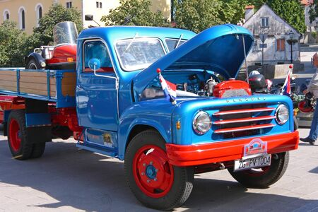 SAMOBOR, CROATIA - JULY 17, 2011: Hanomag truck, 14. Oldtimer Rally in Samobor, Croatia 新聞圖片