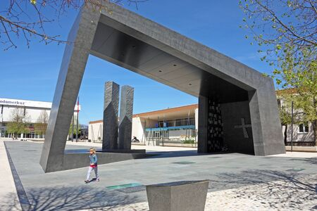 KNIN, CROATIA - APRIL 10, 2012: Monument of the Croatian Victory Storm 95 in Croatian War of Independence, Work of the sculptor Peter Dolic and Tonko Zaninovic, Croatia 新聞圖片