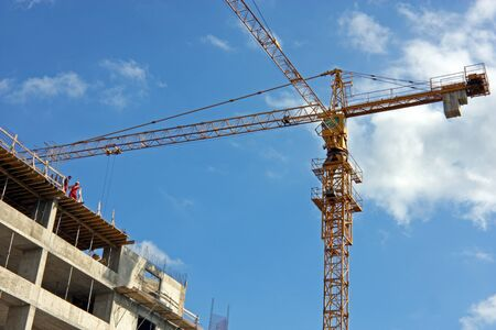 ZAGREB, CROATIA - AUGUST 14, 2009: Construction crane building new business tower in Zagreb, Croatia 新聞圖片