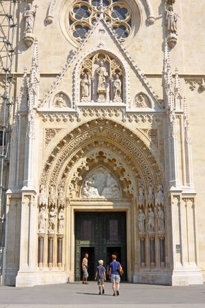 ZAGREB, CROATIA - AUGUST 19, 2009: Cathedral main entrance door, Zagreb 新聞圖片