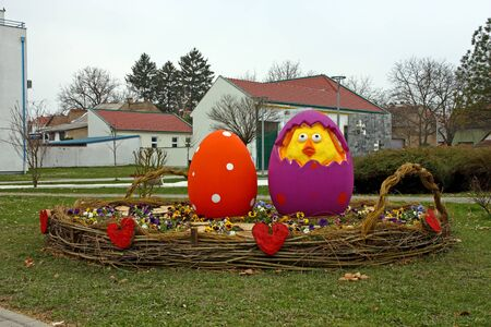 SLAVONSKI BROD, CROATIA - MARCH 27, 2018: Easter eggs in basket, located in a park in Slavonski Brod, Croatia 新聞圖片