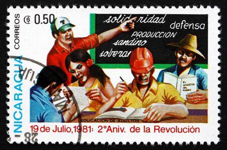 NICARAGUA - VERS 1981 : un timbre imprimé au Nicaragua montre la construction, 2e anniversaire de la révolution, vers 1981 Éditoriale