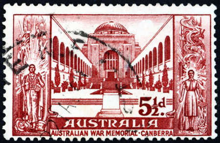 AUSTRALIA - CIRCA 1958: a stamp printed in Australia shows Canberra war memorial, with soldier and service woman, circa 1958 Stok Fotoğraf