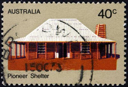 AUSTRALIA - CIRCA 1972: a stamp printed in Australia shows pioneer house, Australian pioneer life, circa 1972 Stockfoto