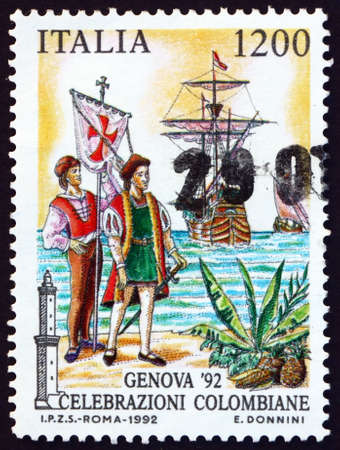 ITALY - CIRCA 1992: a stamp printed in Italy shows Columbus coming ashore, dedicated to discovery of America, 500th anniversary, circa 1992 Foto de archivo