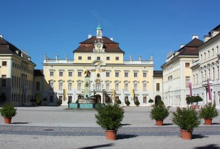 In der Nähe Stuttgart und bekannt als das Versailles von Schwaben, wurde 1704 in Ludwigsburg auf Initiative von Eberhard Ludwig, Herzog von Württemberg Im Herzen der Stadt gegründet, ist die große Schlossanlage, die der Herzog für seine Mistr bauen ließ