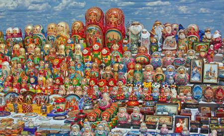 decreasing in size: Matryoshka bambola riferisce ad un insieme di bambole di legno di dimensioni decrescenti disposti l'uno all'interno dell'altro