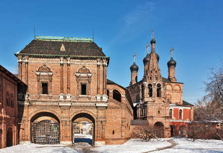 ecclesiastical: Metropolitan Gallery, connecting the Chambers to Cathedral, with gates and the Teremok tower above them. Krutitsy Metochion is an operating ecclesiastical estate of Russian Orthodox Church Stock Photo