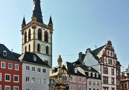 main market: Piazza del Mercato nella citt� di Trier, Germania Archivio Fotografico