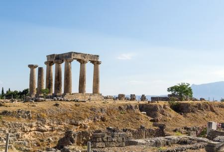 Las ruinas del templo de Apolo en la antigua Corinto, Grecia Foto de archivo - 21042279